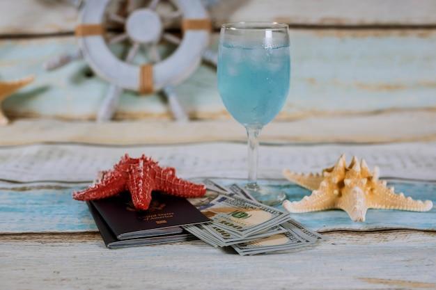 Viajar . crucero en el barco. vaso de bebida, pasaporte, dinero.