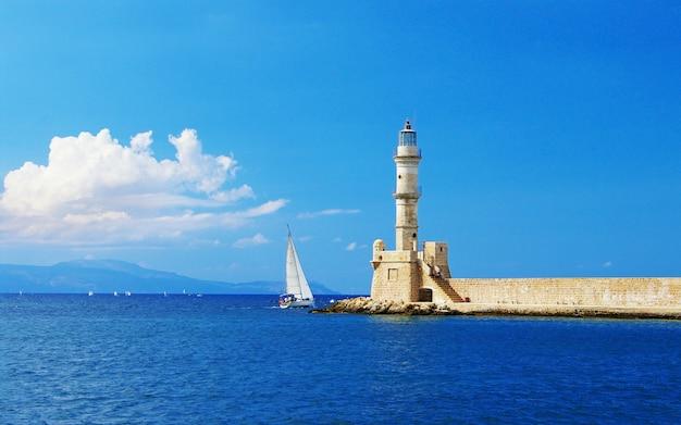 Viajar en grecia. hitos de la isla de creta - faro en la ciudad de chania