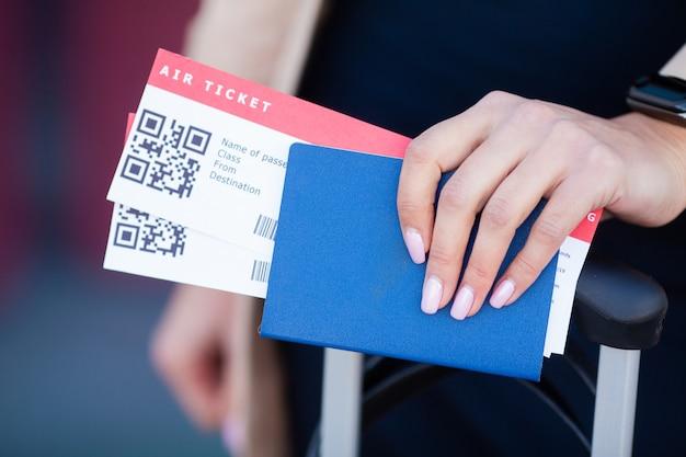 Viajar. primer plano de niña con pasaportes y tarjeta de embarque en el aeropuerto