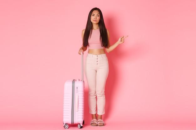 Viajar vacaciones y concepto de vacaciones fulllength de indecisa atractiva chica asiática haciendo elección ...