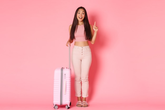 Viajar vacaciones y concepto de vacaciones de longitud completa de turista de niña asiática soñadora sorprendida que tiene fl ...