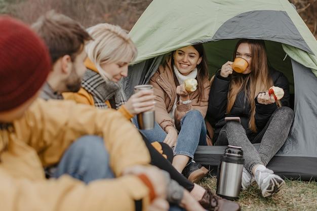 Viaje de amigos con carpa en la naturaleza