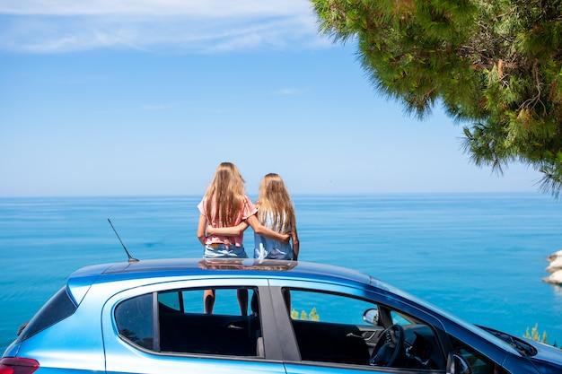 Viaje en automóvil de verano y familia joven de vacaciones