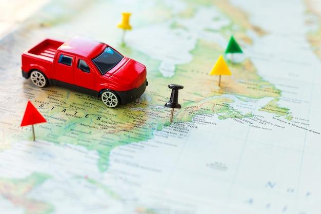 Viaje por carretera: el automóvil va en un mapa a través del territorio de los estados unidos.