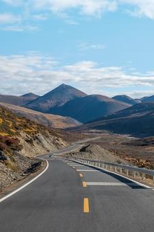 Viaje por carretera en paisaje desértico