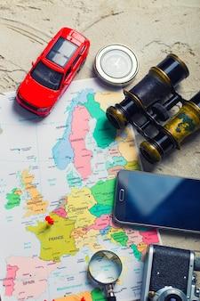 Viaje por carretera de vacaciones en coche. mapa con puntos