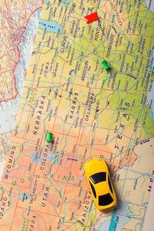 Viaje por carretera de vacaciones en coche en el mapa con puntos