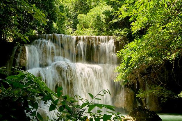 Viaje a las cascadas del bosque tropical en tailandia