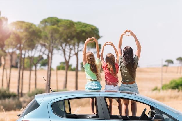 Viaje en coche de verano y familia joven de vacaciones.