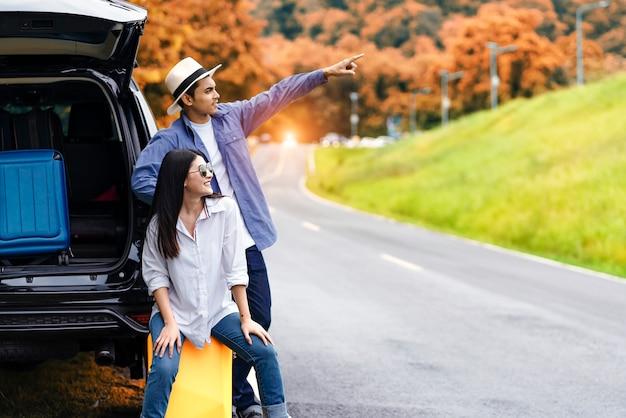 Viaje en coche en verano, grupo de amigos hombres y mujeres que disfrutan de viajar en coche