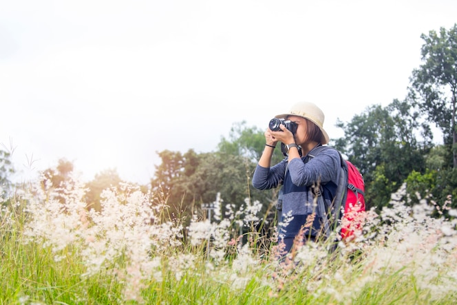 Viaje de la mochila de las mujeres con fotografía