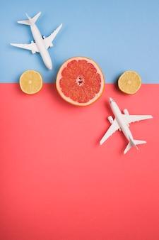 Viaje a destino exótico en avión.