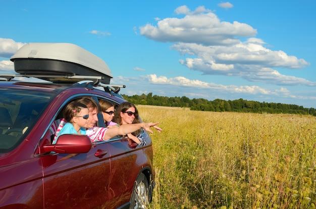 Viaje familiar en auto de vacaciones, padres felices y niños se divierten en viaje de vacaciones, concepto de seguro
