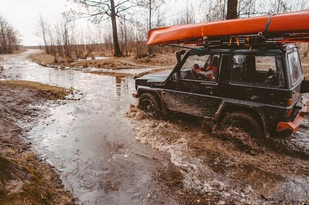 Viaje fuera de carretera en camino de tierra