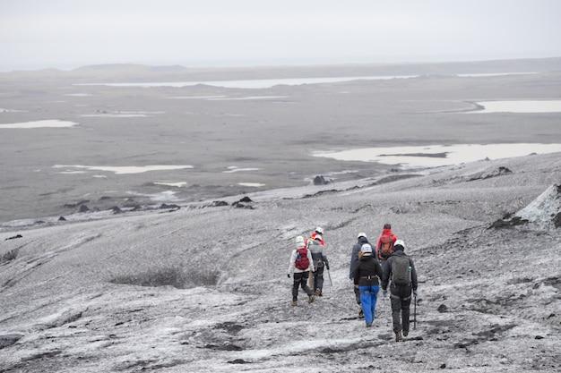 Viaje en grupo caminando al glaciar caminando en el glaciar langjokull en islandia