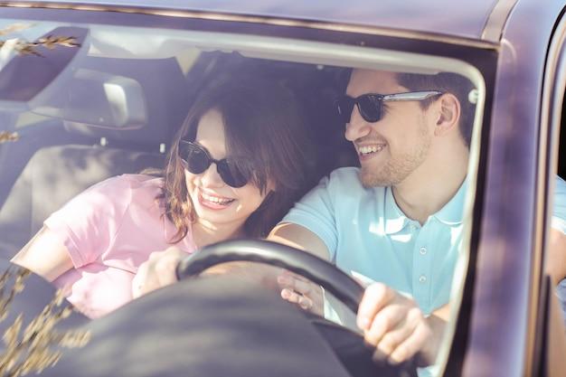 Viaje. la pareja viaja en el coche