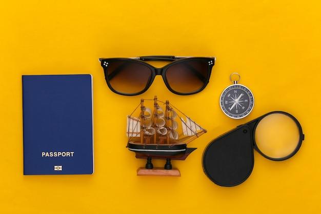 Viaje plano laical. accesorios de viaje sobre fondo amarillo. estilo minimalista. vista superior