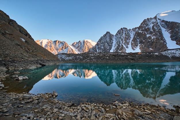 Viaje a través de las montañas de altai a aktru, senderismo