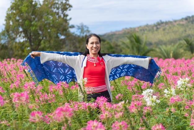 Viaje turístico de la mujer asiática del retrato en día de fiesta del fin de semana del jardín de flores.