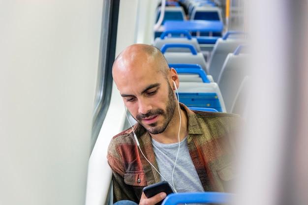 Viajero de alto ángulo en metro