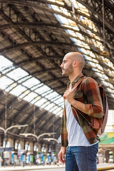 Viajero de ángulo bajo en el metro