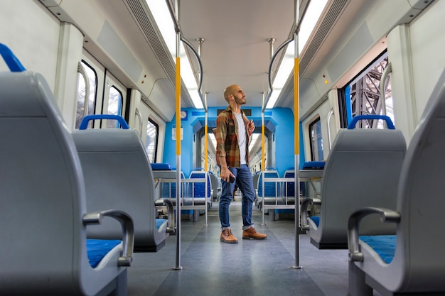 Viajero de ángulo bajo en metro