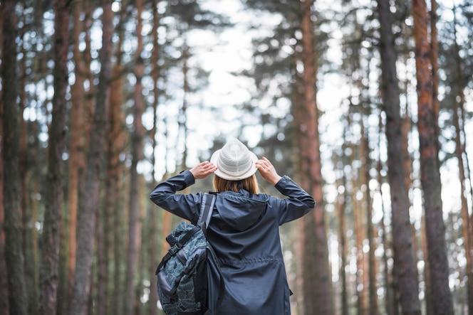 Viajero anónimo con mochila y sombrero