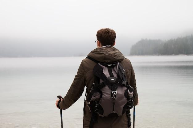 Viajero anónimo explorando vistas de la naturaleza
