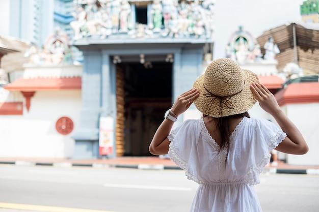 Viajero asiático que mira al templo de sri mariamman en chinatown de singapur.