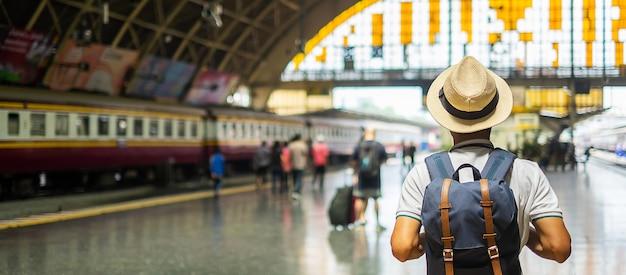 Viajero de bangkok en la estación
