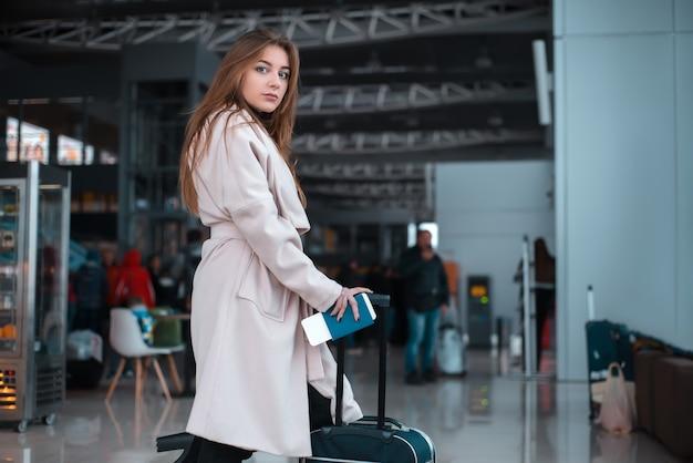 Viajero caminando por el pasillo del aeropuerto.