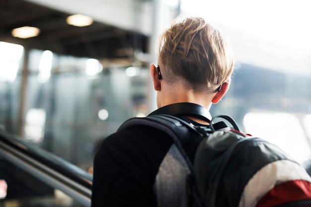 Viajero caucásico joven en el aeropuerto