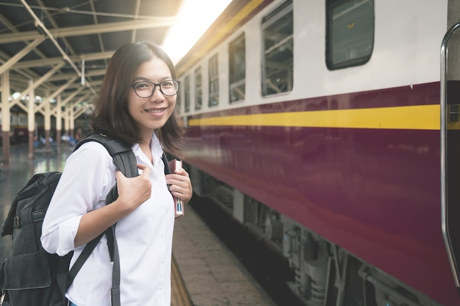 Viajero de mujer joven con cara sonriente.