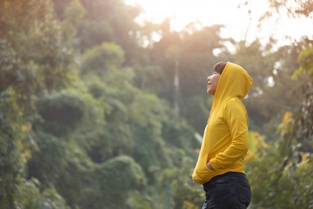 Viajero feliz de la mujer que respira el aire fresco sobre la naturaleza.