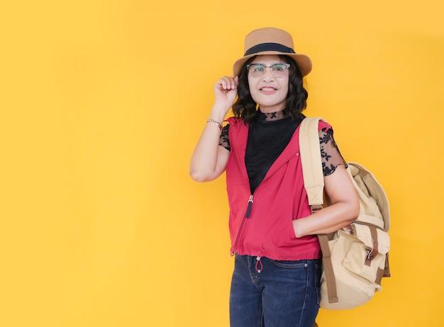 Viajero femenino con mochila y sombrero