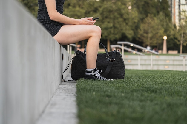Viajero femenino tomando un descanso de vacaciones