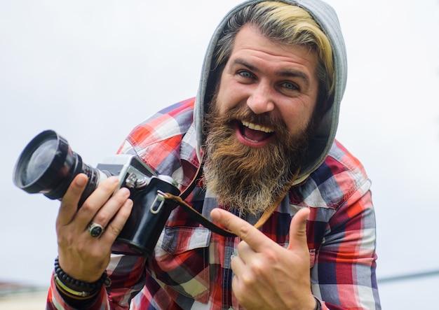 Viajero fotógrafo profesional tomando fotografías en la calle cameraon digital.