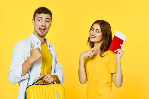 Viajero de hombre y mujer con una maleta, alegría, pasaporte