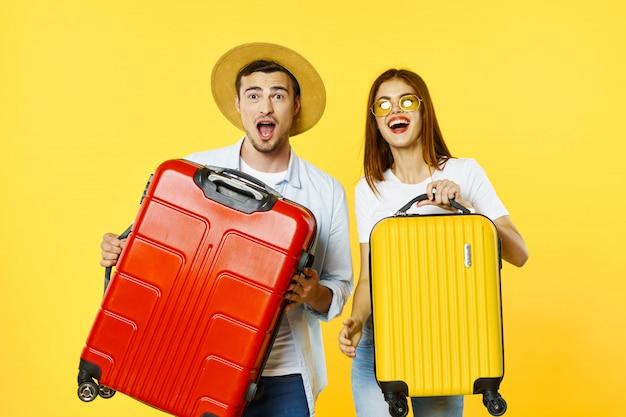 Viajero de hombre y mujer con una maleta, espacio de color, alegría, pasaporte