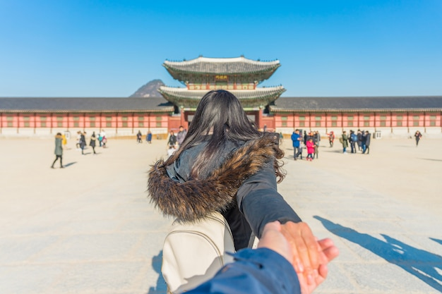Viajero joven mujer asiática con mochila viajando en el palacio gyeongbokgung
