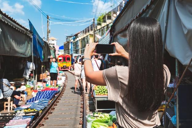 Viajero en el mercado ferroviario de mae klong