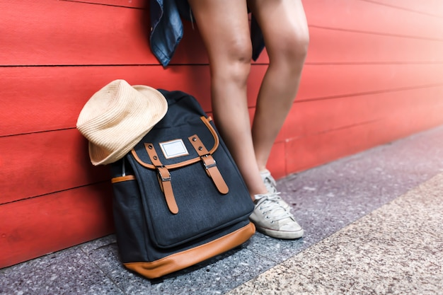 Viajero y mochila. concepto de viaje