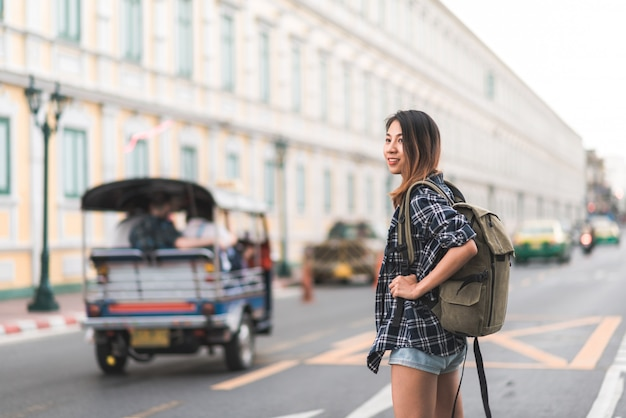 Viajero mochilero mujer asiática viaje en bangkok, tailandia