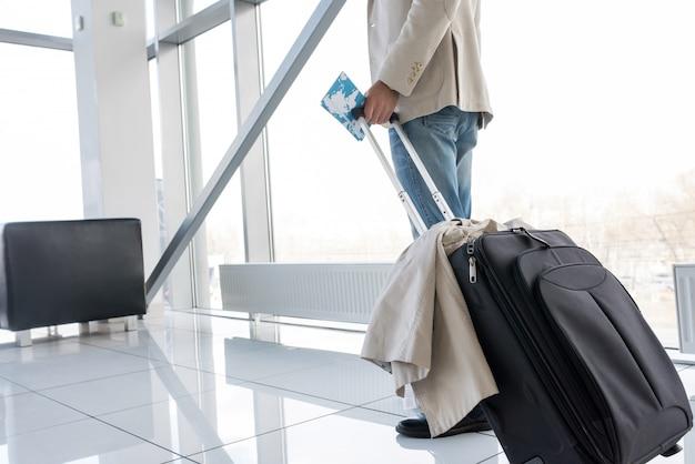 Viajero moderno en el aeropuerto