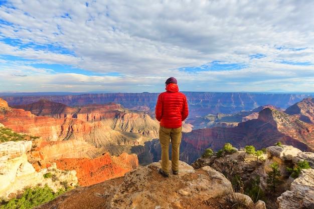Viajero en las montañas del acantilado sobre el parque nacional del gran cañón, arizona, ee.uu .. emoción inspiradora. viajes estilo de vida viaje éxito concepto de motivación concepto de vacaciones de aventura al aire libre.