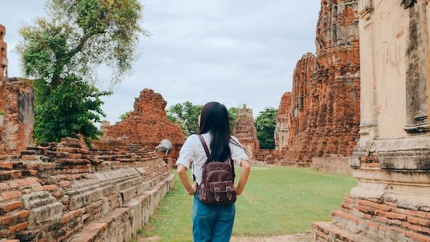 Viajero mujer asiática pasar viaje de vacaciones en ayutthaya, tailandia