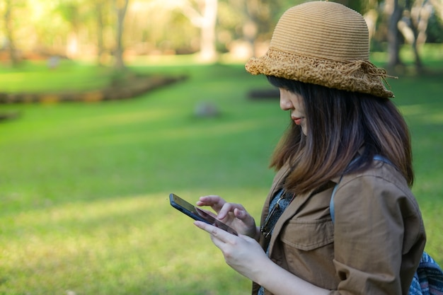 Viajero mujer asiática usando teléfono móvil inteligente en el arqueológico