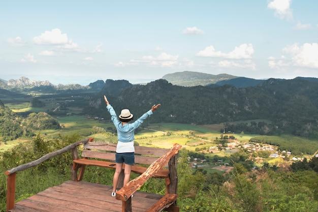 Viajero mujer disfrutando de la vista y la libertad feliz en las montañas. tailandia