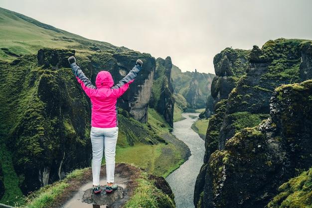 Viajero mujer en fjadrargljufur en islandia