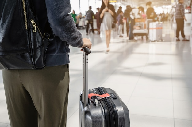 Viajero mujer joven caminando en la terminal del aeropuerto hal